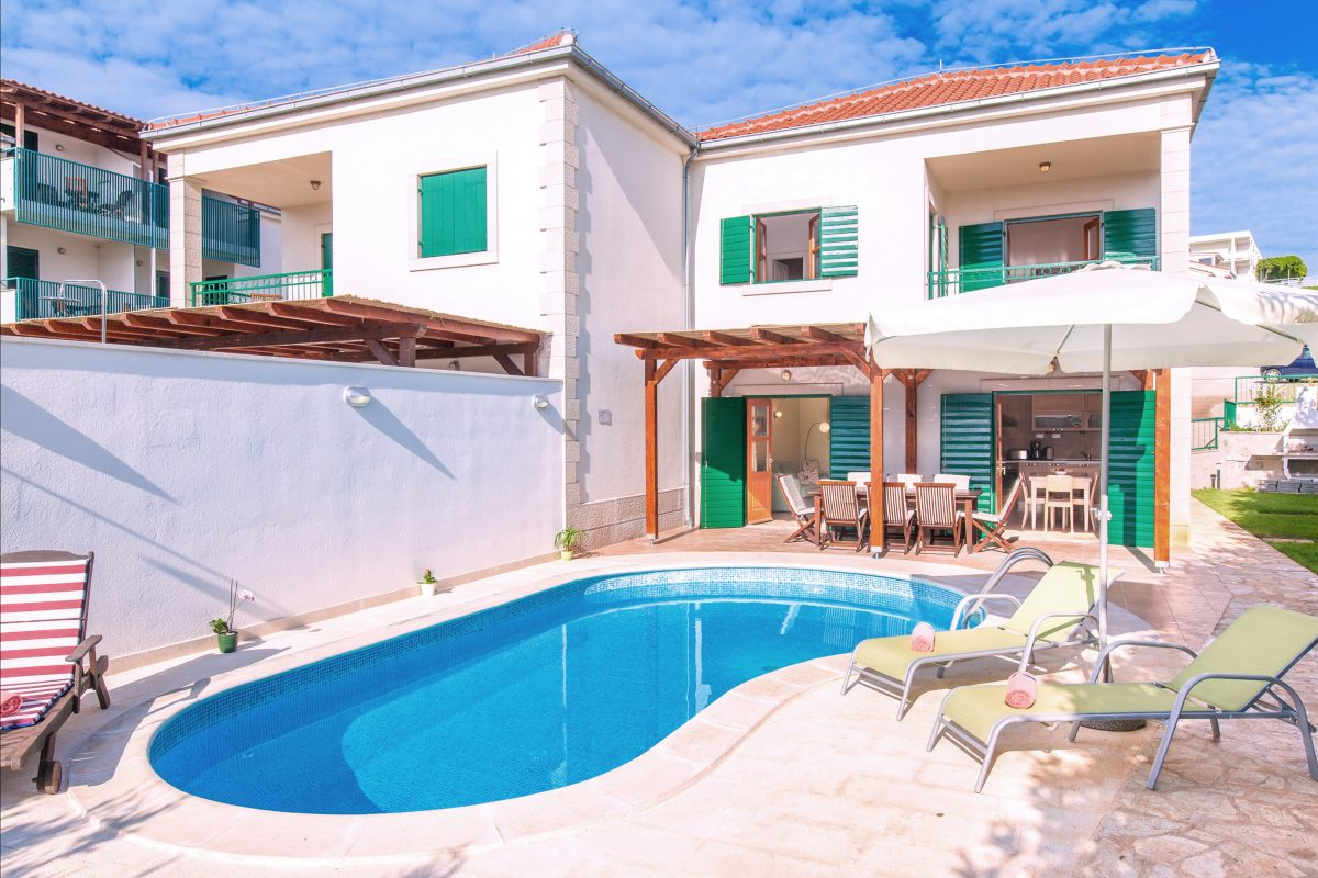 Villa Mare with swimming pool and bed chairs with parasol